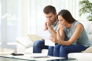 Lange Wartezeiten können sich Schuldner oft nicht leisten. Ein Anwalt kann bei Schulden ebenfalls beraten.