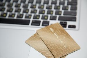 Manche Auktionshäuser führen eine Insolvenzversteigerung auch online durch.