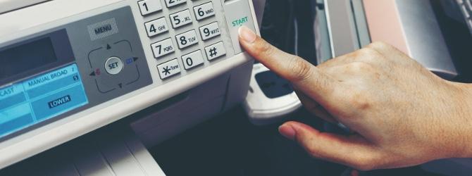 Bei einer Druckerei-Insolvenzversteigerung kommen bspw. Druckmaschinen und Papiersauganlagen unter den Hammer.