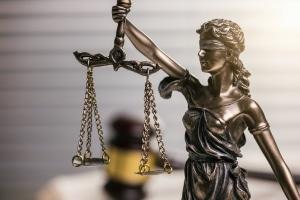 Um eine Gehaltspfaendung durchführen zu können, ist ein Antrag beim Vollstreckungsgericht notwendig.