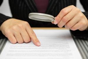 Gewerbliche Schuldnerberatung: Lassen Sie sich die Qualifikationen nachweisen und prüfen Sie den Beratungsvertrag genau.