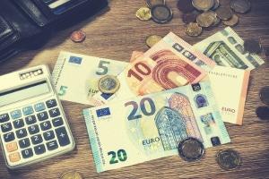 Insolvenz: Die Verfahrenskosten des Gerichts und des Insolvenzverwalters muss der Schuldner tragen.