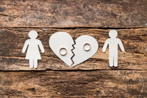 Die Kosten einer Scheidung können hohe Schulden verursachen.