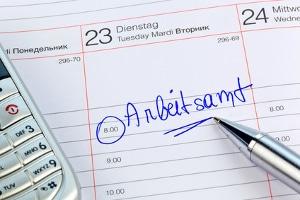 Haben Hartz-4-Bezieher Schulden, können sie beimJobcentereinenAntragauf dieKostenübernahmefür eine Schuldnerberatung stellen.