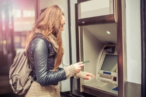 Viele Schuldner haben nach einer Schuldnerberatung - ob staatlich oder nicht - mehr Geld zur freien Verfügung als zuvor.