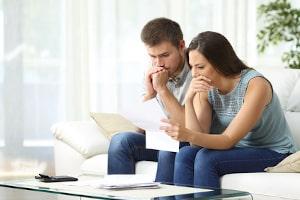 Auch wenn beide überschuldet sind: Privatinsolvenz muss jeder Ehepartner für sich allein beantragen.